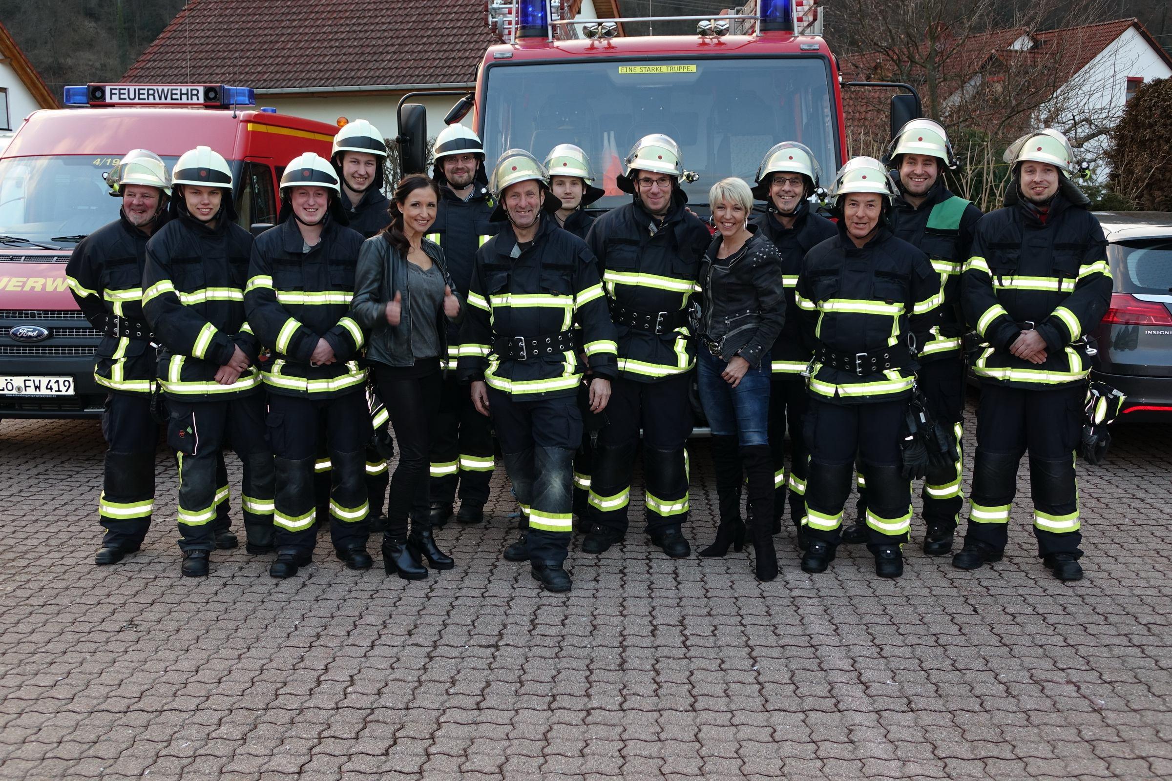 Die Einsatzabteilung beim Fotoshooting zur Wahl Mr. Feuerwehrmann 2016 mit Anita & Alexandra Hofmann